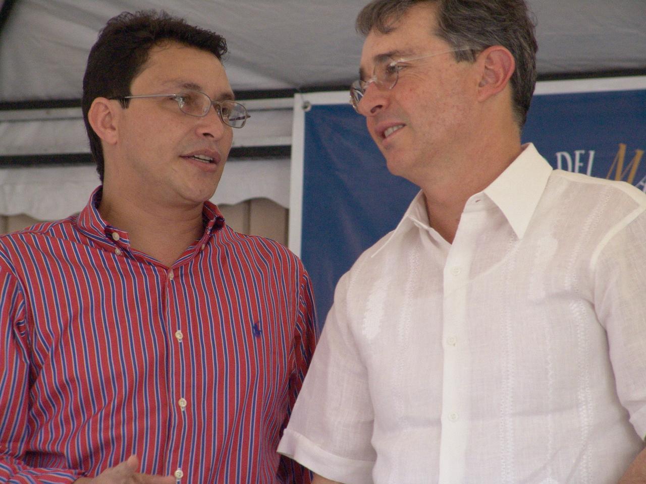Carlos Caicedo dialogando con Álvaro Uribe.