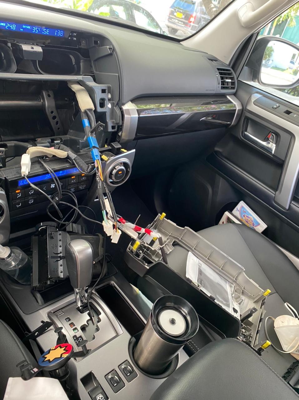 Robaron todo el panel central del carro.