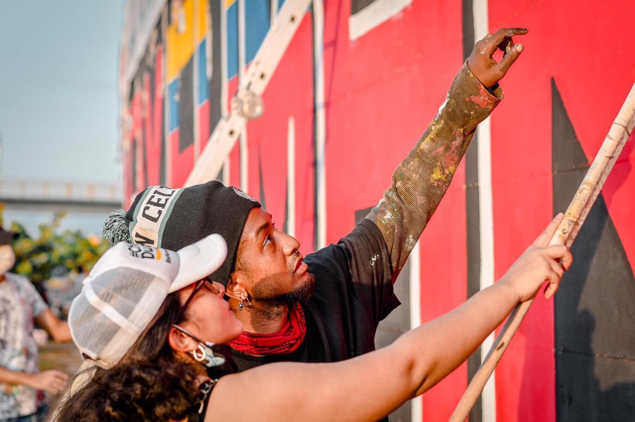 Hinchas pintando el Mural