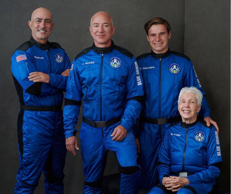 La tripulación del New Shepard (de izq. a der.): Mark Bezos, Jeff Bezos, Oliver Daemen, Wally Funk.
