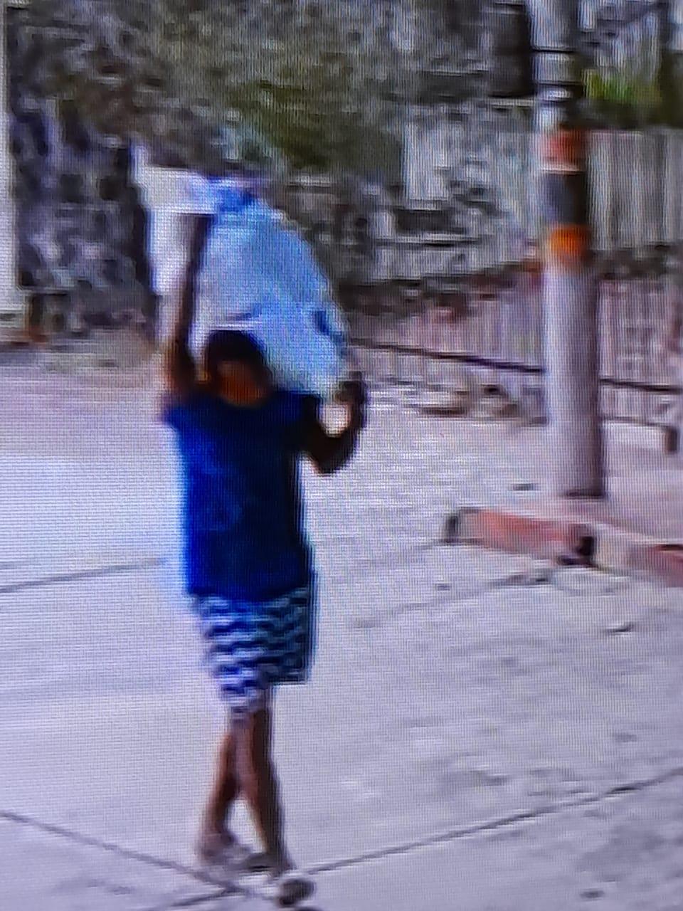 Las imágenes muestran a los habitantes de la calle llevándose lo poco que hay en las casas que deberían servir como refugio de las mujeres.