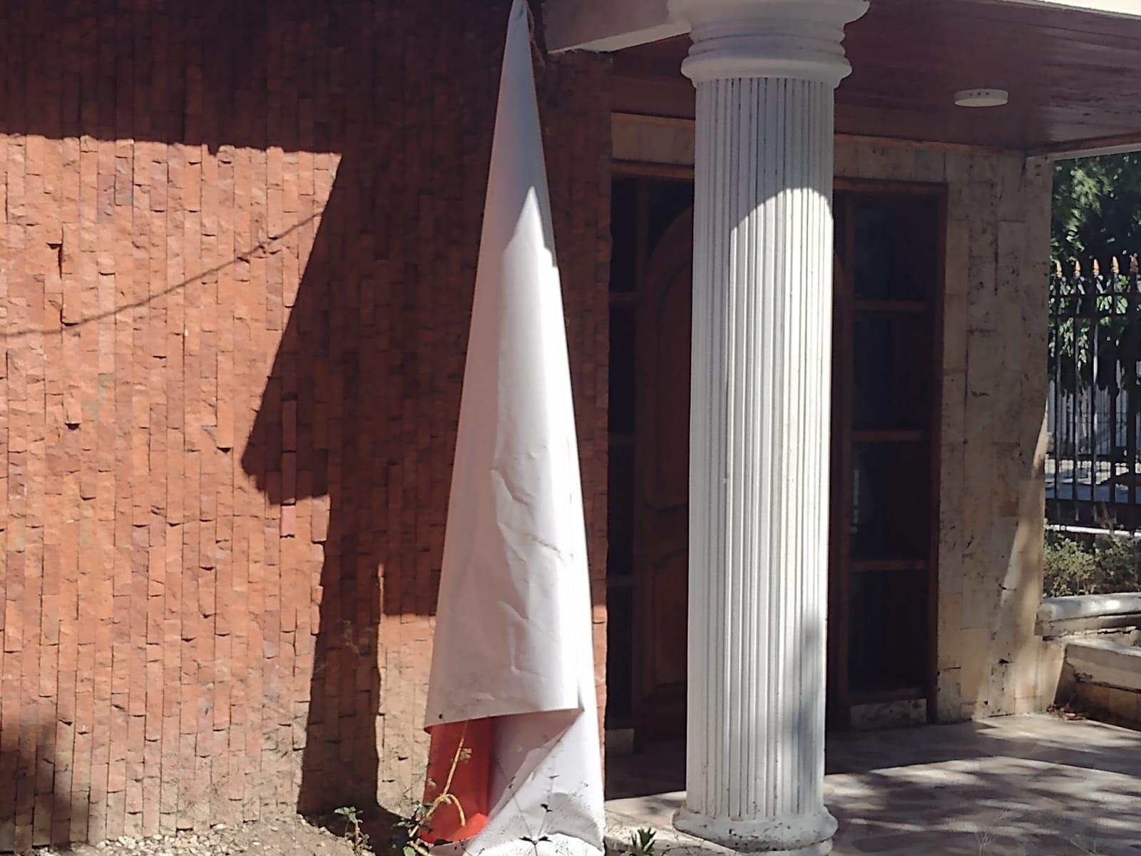 En la fachada cuelgan los vestigios de la inauguración de hace cuatro meses. ¿Una falsa inauguración?