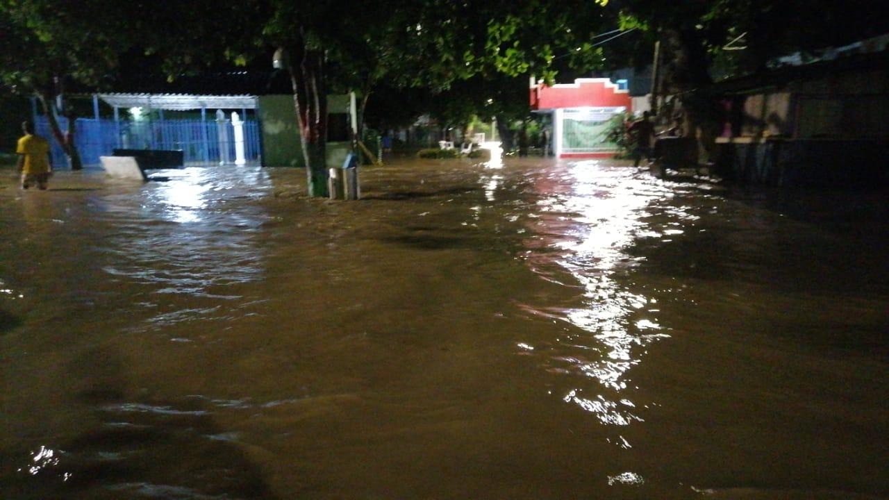 Imágenes de las inundaciones que se presentaron en la noche del jueves.
