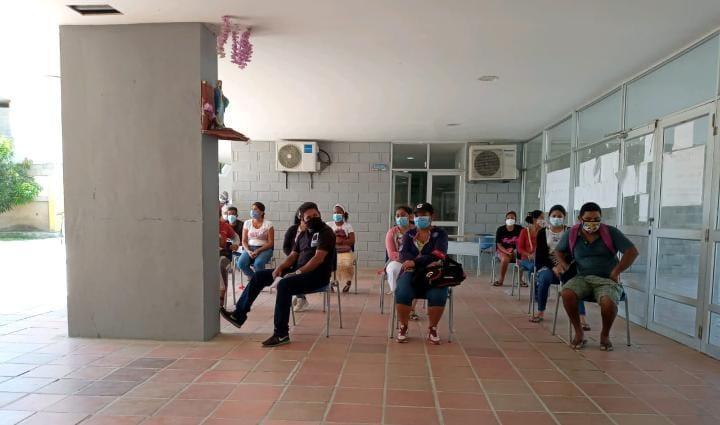 Los padres de familia son citados para recibir los alimentos en los colegios, como el caso del IED Rodrigo Bastidas, donde estuvo la Contraloría. .