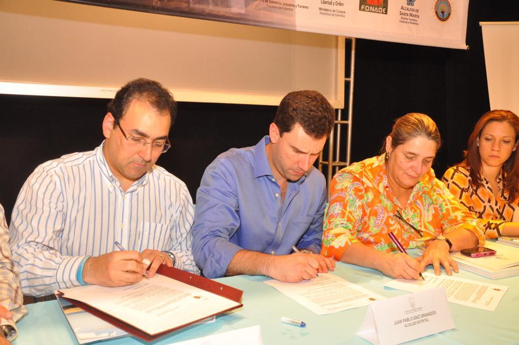 Acto de la firma del convenio que gestó la renovación del teatro Santa Marta.