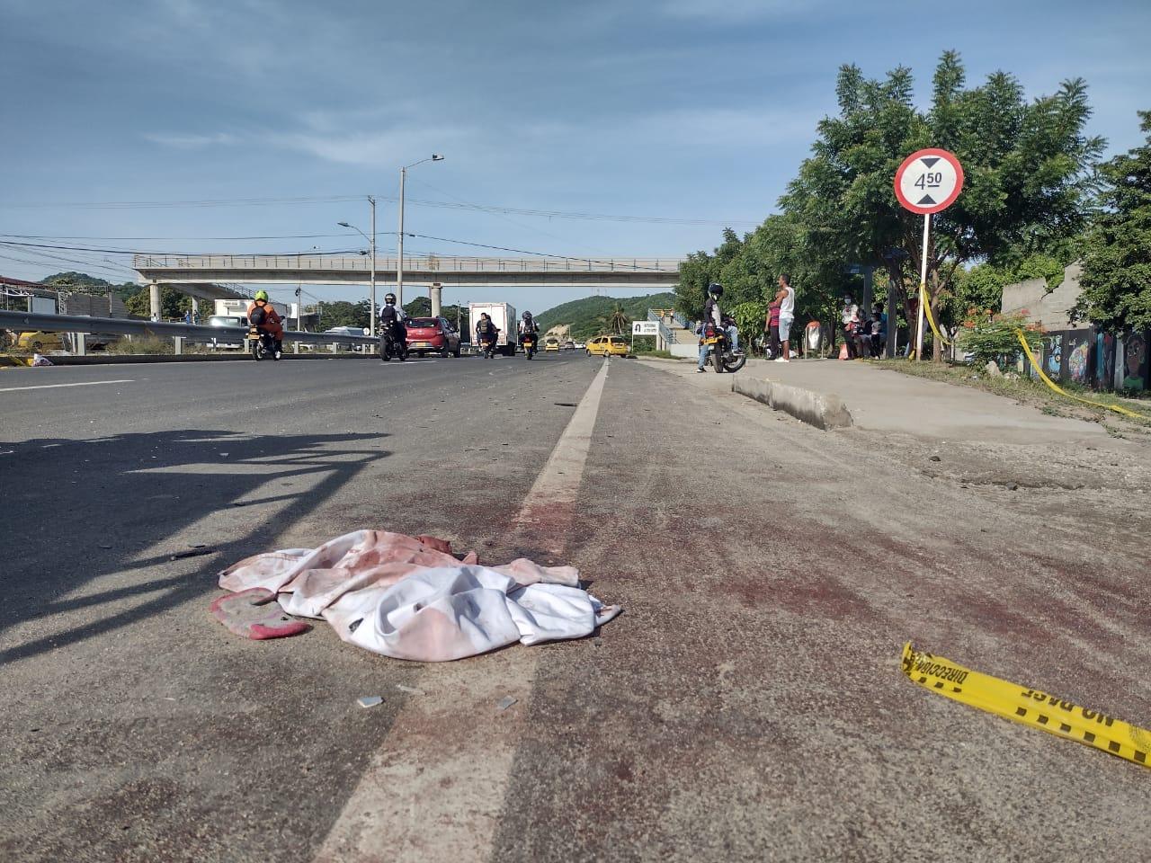 Sobre el asfalto quedaron las huellas de la tragedia de Gaira.