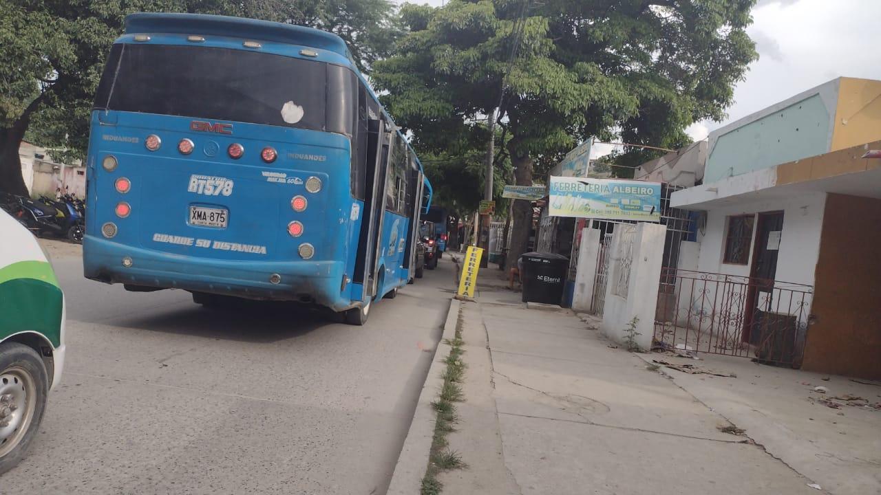 Ciudadanos denuncian trancones monumentales por la emergencia.
