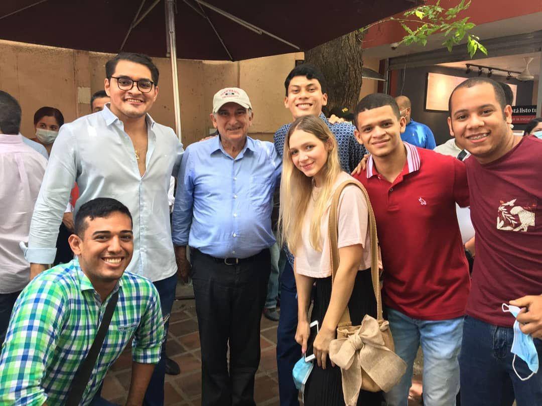 Jóvenes de Somos reunidos con precandidatos presidenciales.
