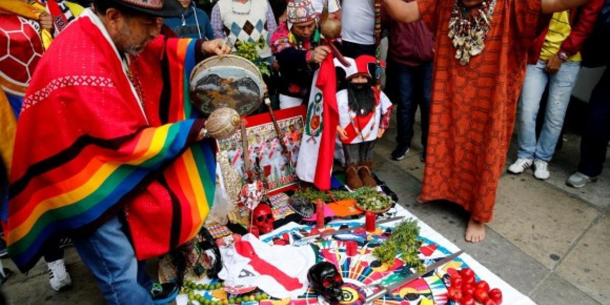 Los chamanes se concentraron frente al hotel donde se hospeda la selección colombiana para hacer un ritual sobre fotografías de los ídolos cafeteros Radamel Falcaoy James Rodríguez.