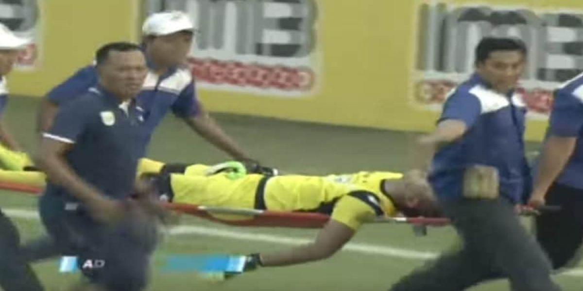 Momento en que el jugador era sacado del estadio.