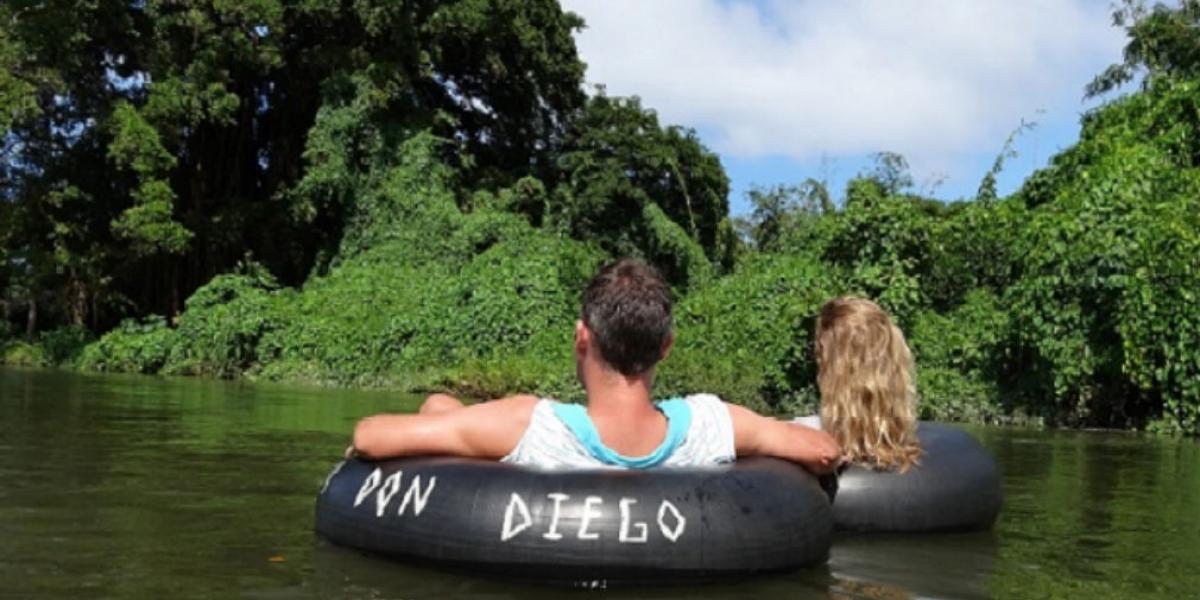 El desplazamiento en llantas sobre el río es uno de los atractivos del río Don Diego.