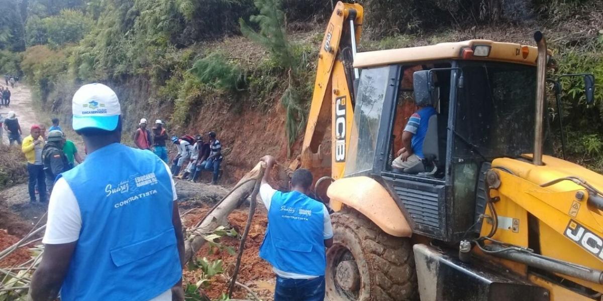 Gobernación del Cauca despejó la vía donde había deslizamientos de tierra.