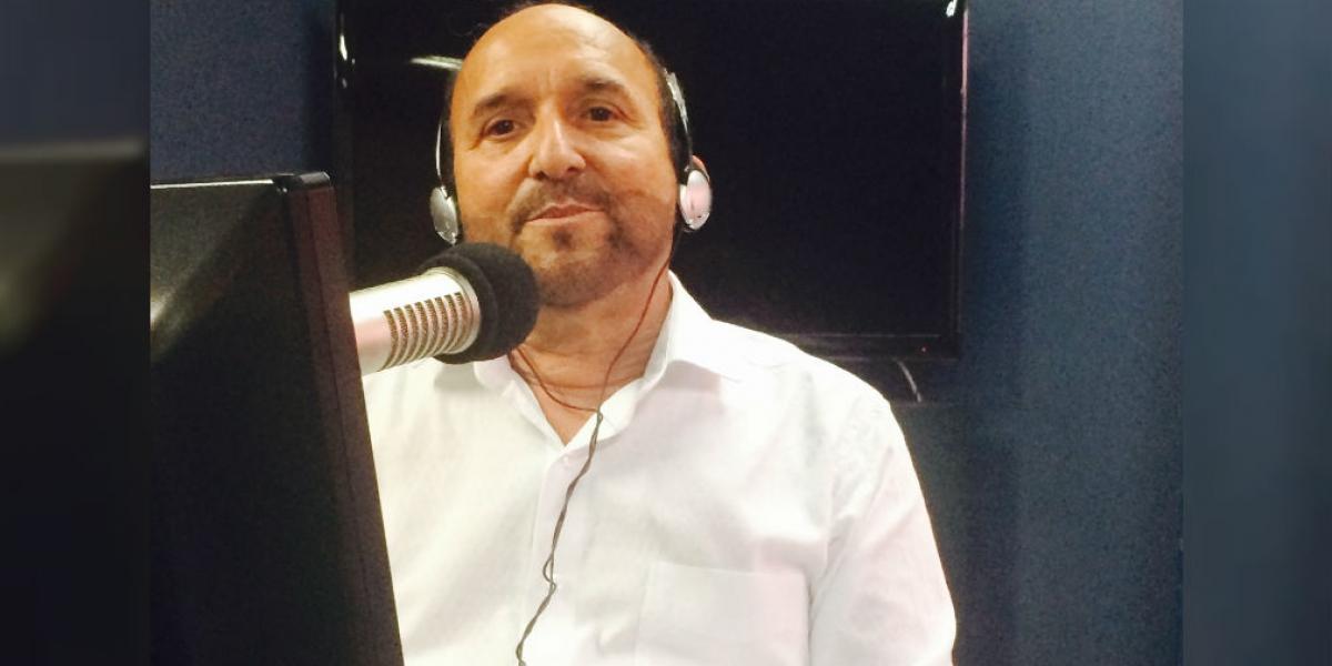 De lunes a viernes, de 12 de la noche a 3 p.m. presenta 'Una voz en el camino' en Caracol Radio.