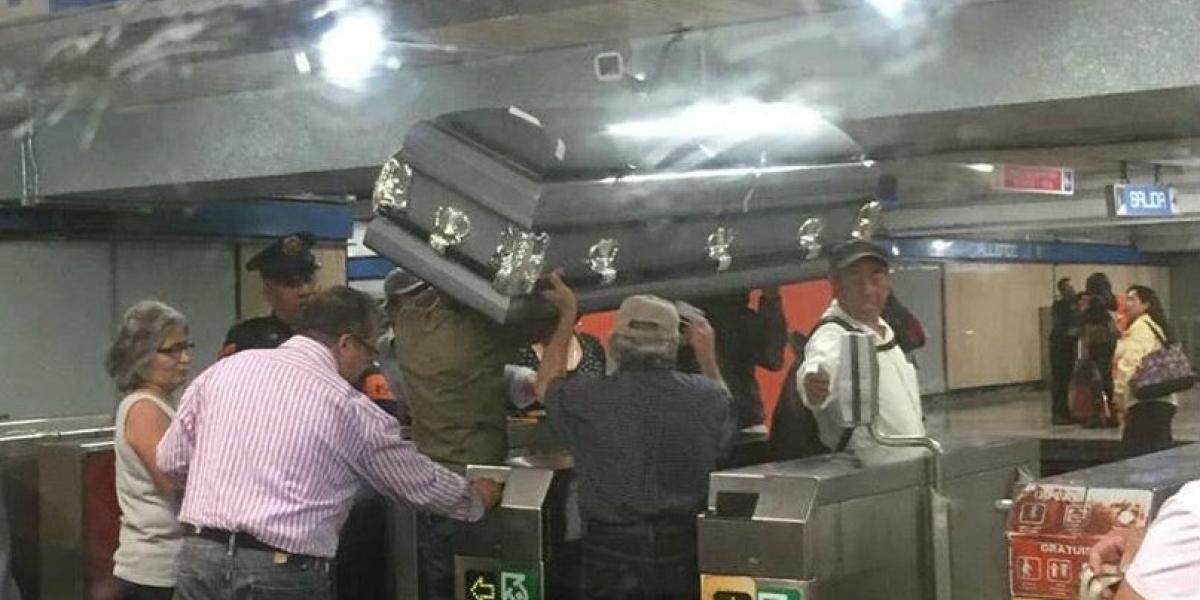 Por falta de dinero, familiares tuvieron que transportar el ataúd de su muerto en el metro