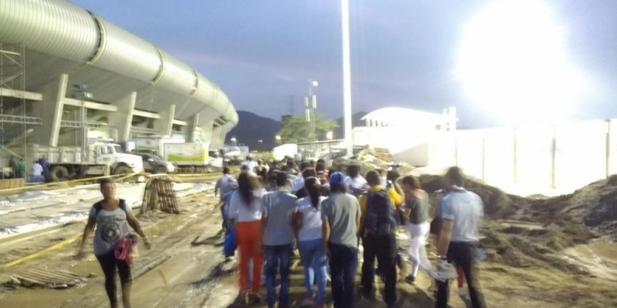 Largas filas y desorientación al momento de ingresar al estadio de Bureche.