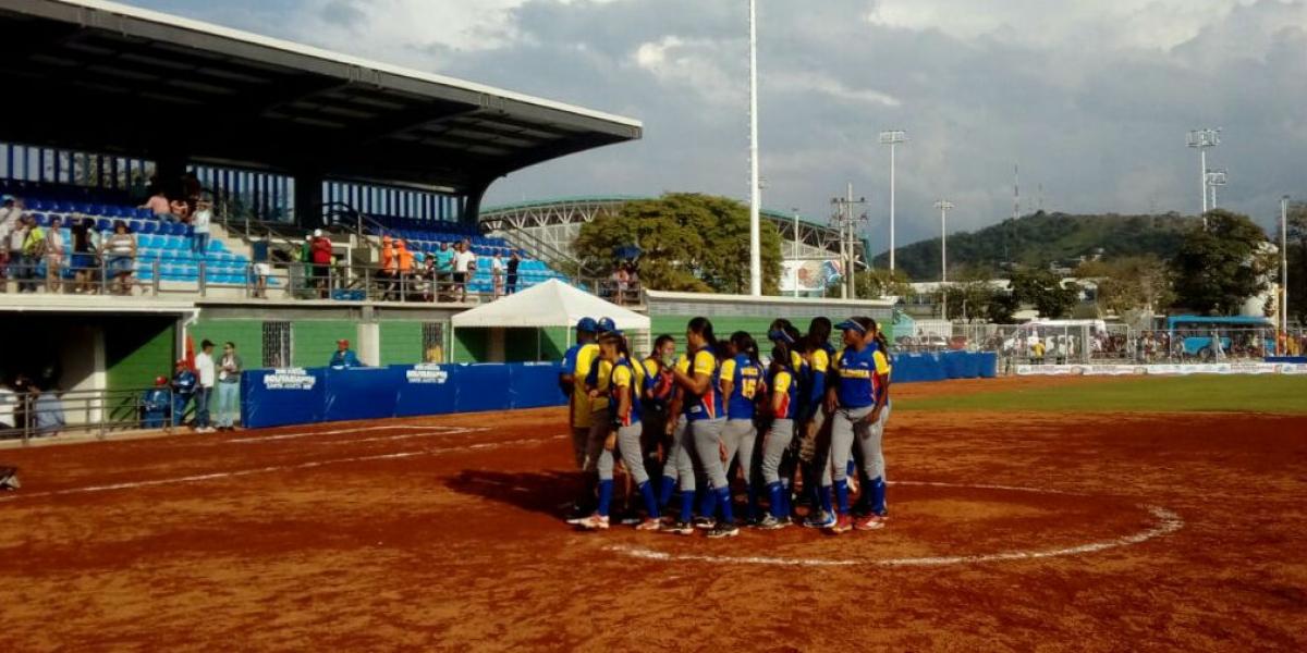 Las colombianas celebrando su triunfo al finalizar el juego.
