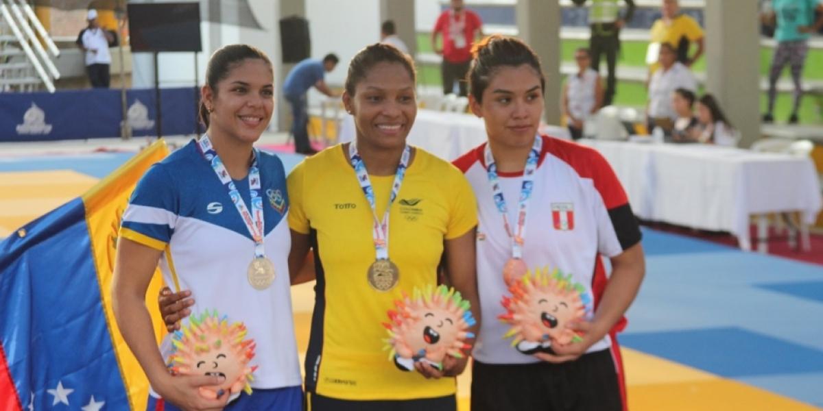 Yuri Alvear al recibir la medalla de oro en los Juegos Bolivarianos.