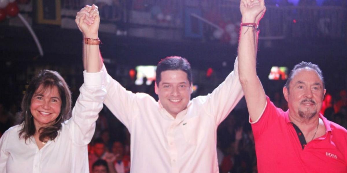 Lourdes López, Mauricio Gómez y Alejandro Munárriz, sellando la alianza.