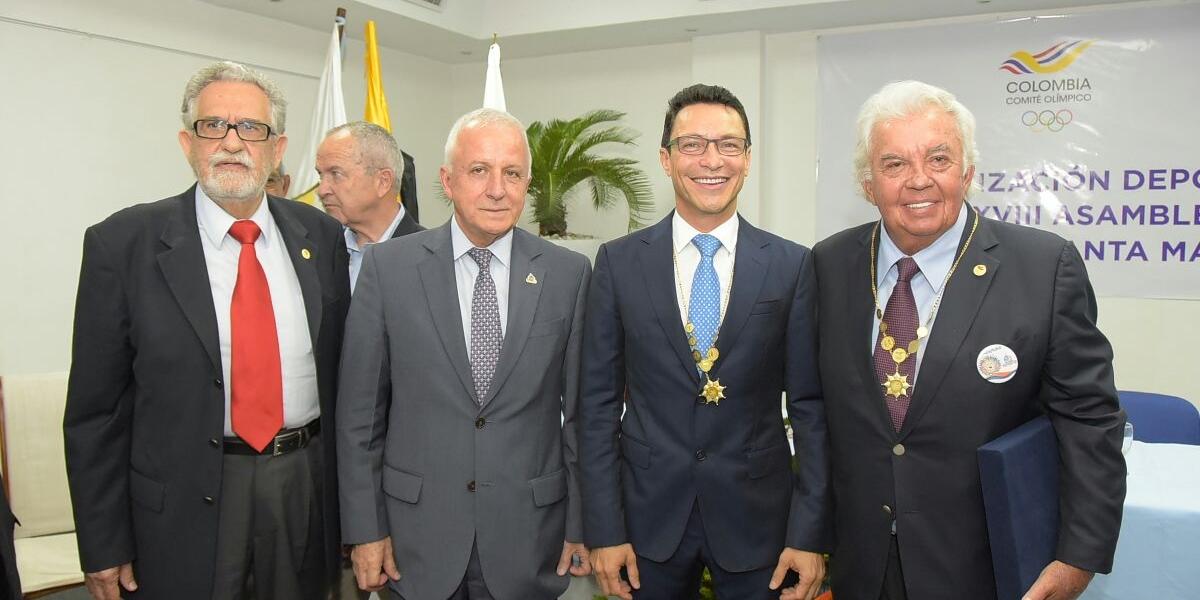 Carlos Caicedo junto a Baltazar Medina (izq) y Danilo Carrera (der).