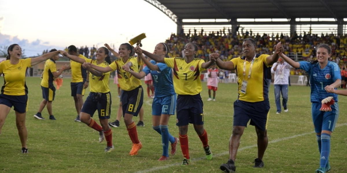Selección Colombia femenino sub 20, celebrando el título obtenido en los Juegos Bolivarianos.