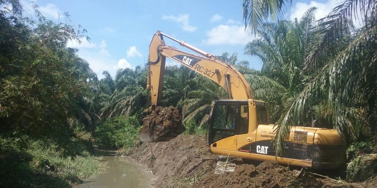 Con estas maquinarias, Fenoco contribuye a mantener los canales y construir diques para evitar inundaciones.