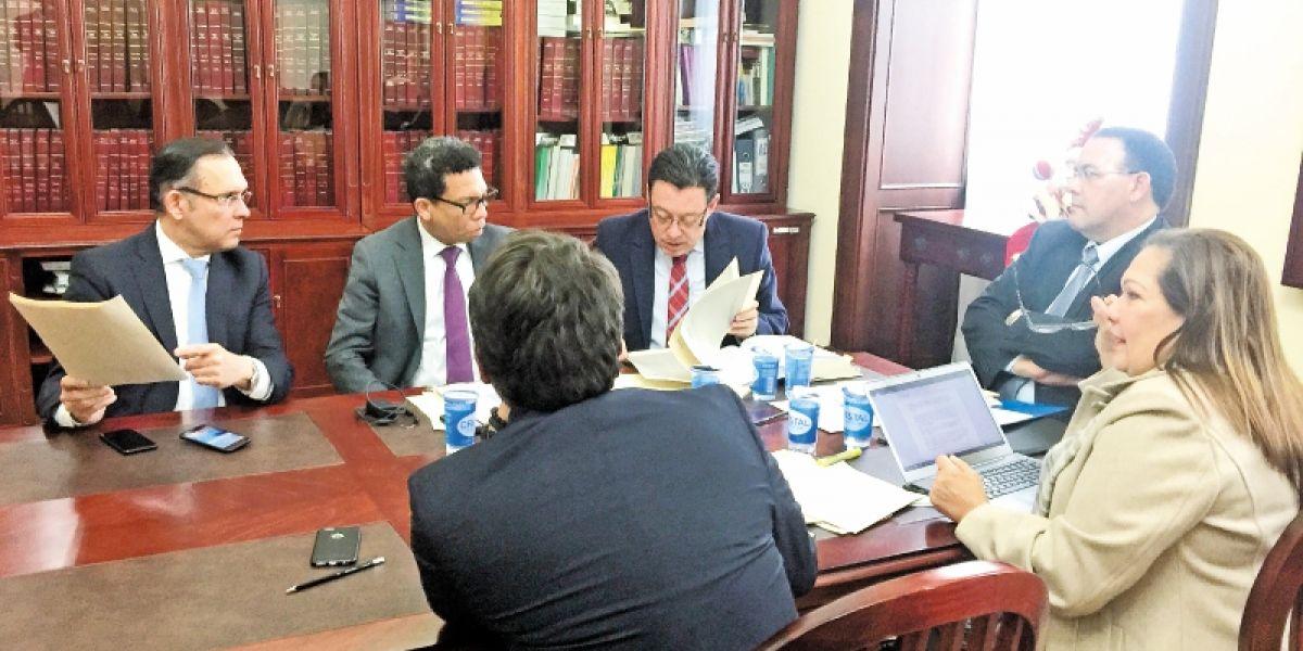 El presidente del Senado, Efraín Cepeda, se reunió ayer, por última vez, con su equipo jurídico.