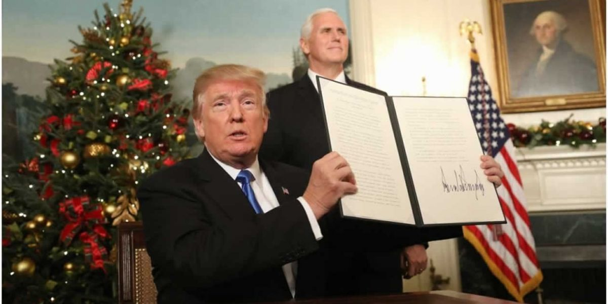 El presidente de EE.UU., Donald Trump, firma su proclamación en la sala de recepciones diplomáticas de la Casa Blanca, en Washington.