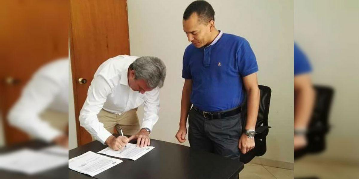 Carlos Francisco Díaz Granados (izq), durante la firma del convenio.