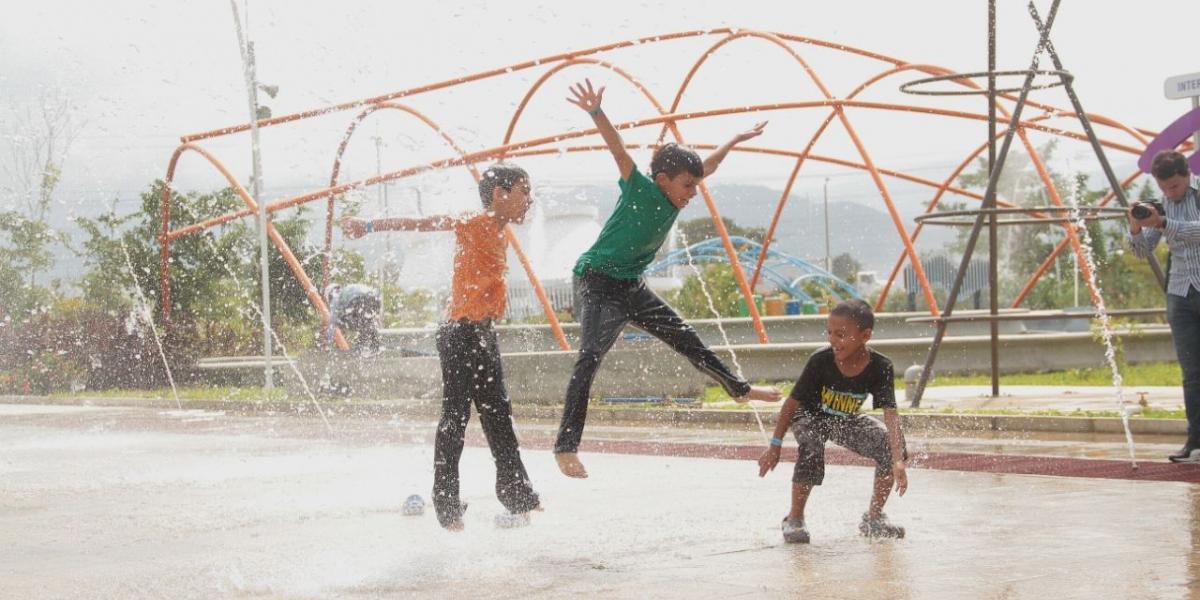 Los niños jugando en el parque del agua.