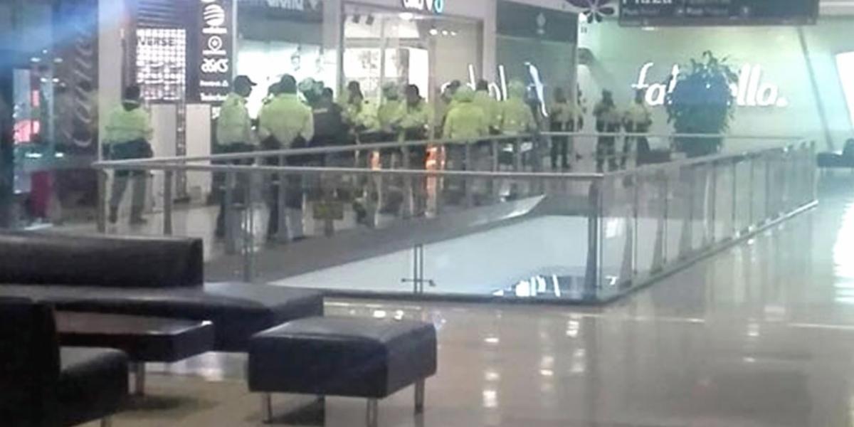 Imágenes del operativo en el centro comercial Santafé, en Bogotá.