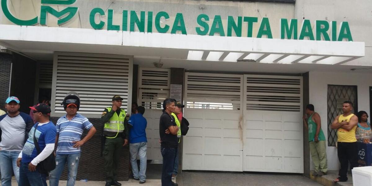 Esperan en la entrada de la clínica noticias sobre Martín Elías.