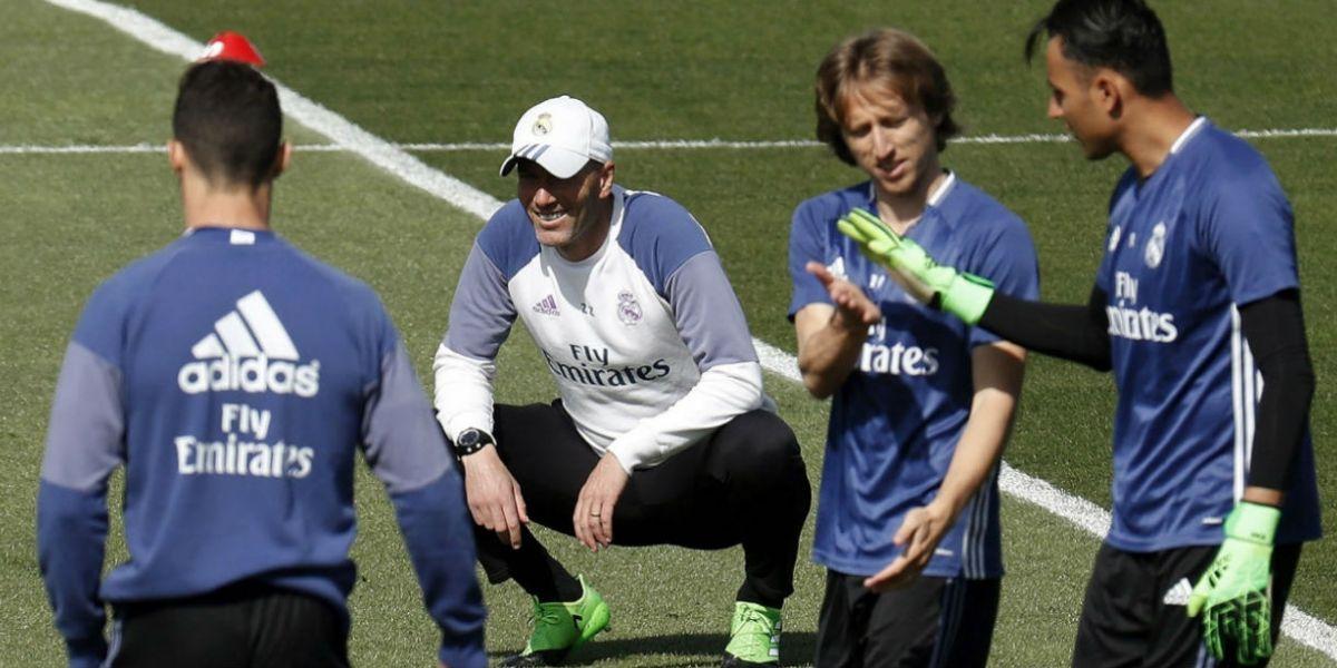 Zidane observa a sus jugadores, durante un entrenamiento.