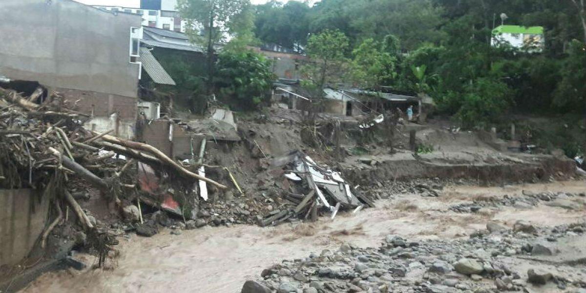 Las fuertes lluvias provocan deslizamientos que ponen en riesgo la vida de personas.
