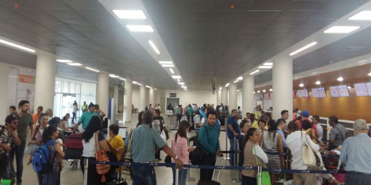 Pasajeros en los counter del aeropuerto de Santa Marta.