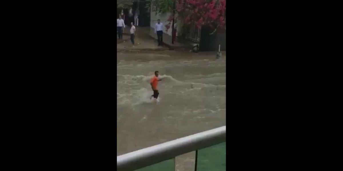 El intrépido hombre cruzó con destreza en medio del arroyo.