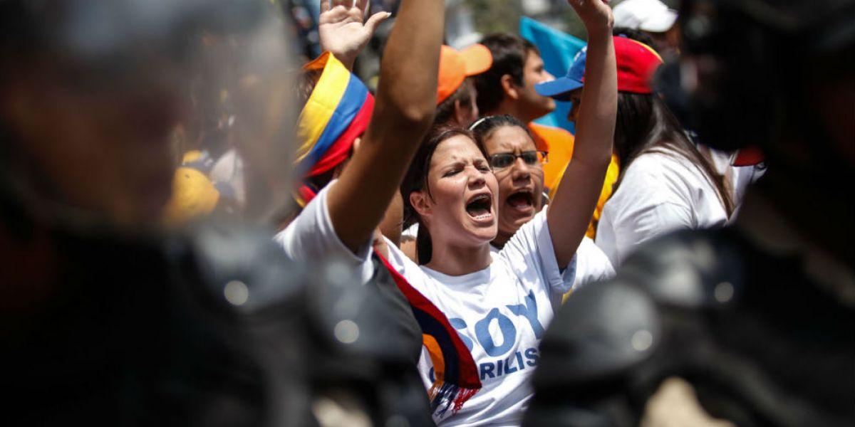 Los jóvenes exigen la salida de Maduro.