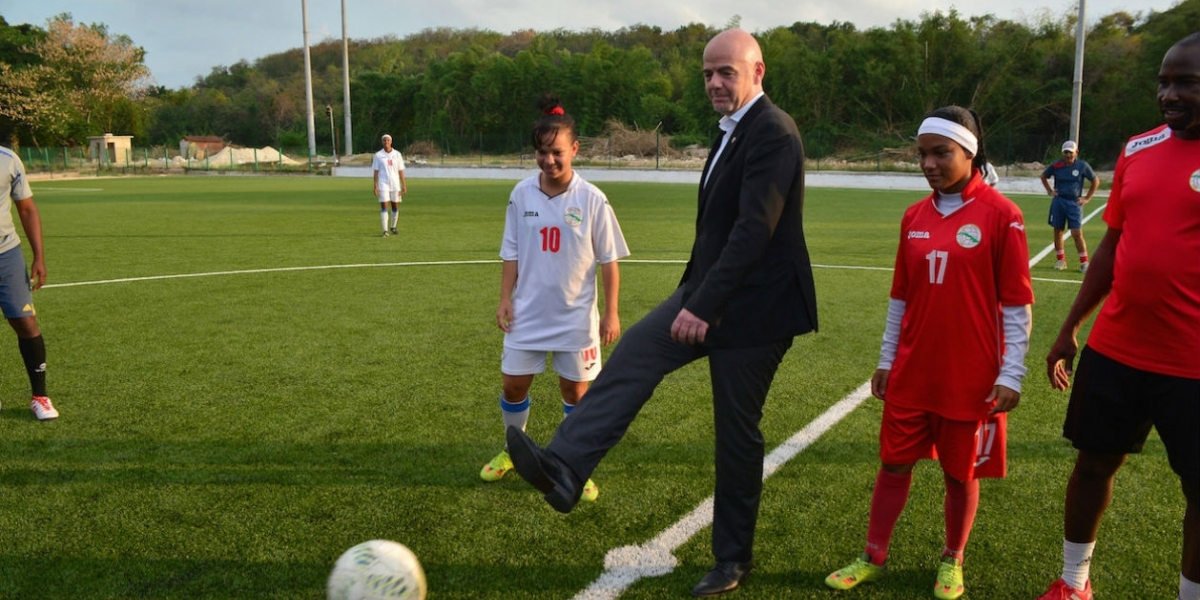 Gianni Infantino realiza saque de honor.