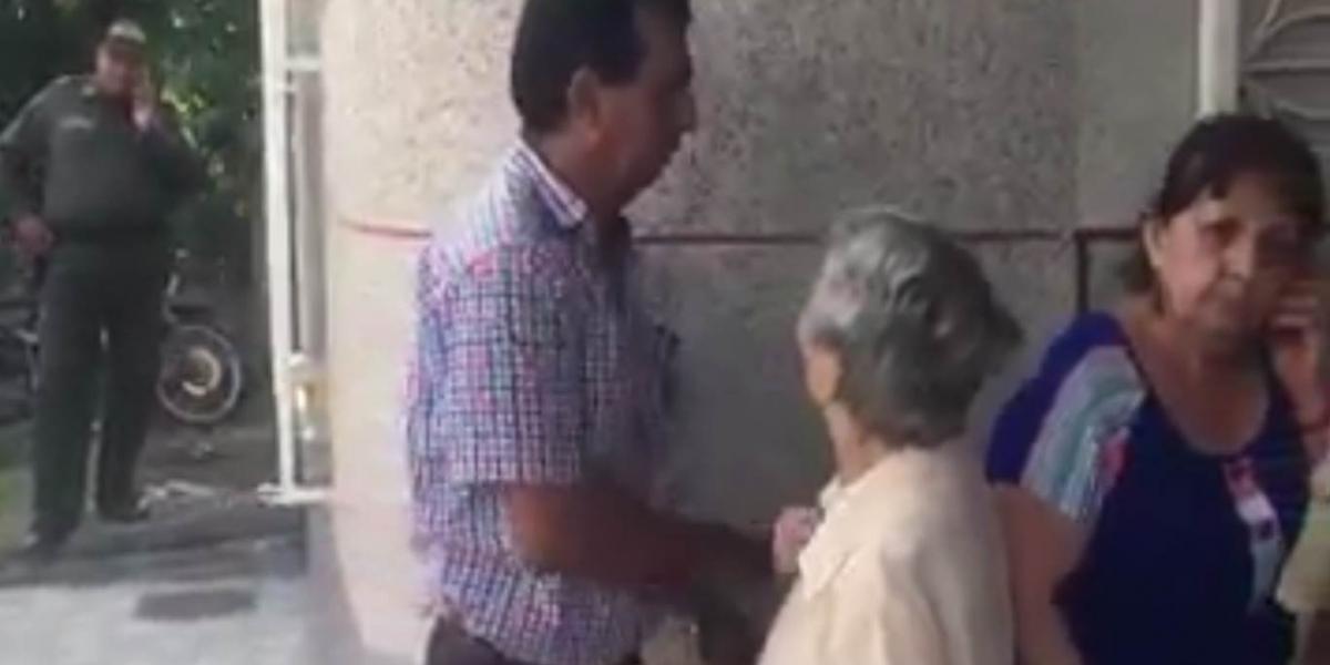 La longeva intenta dialogar con Gómez, quien la ignora y la aparta.