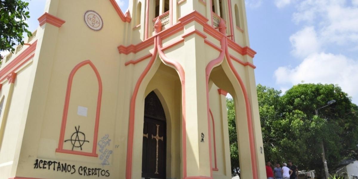 Fachada de la iglesia Santa María Magdalena, pintada con grafitis en la madrugada de hoy.