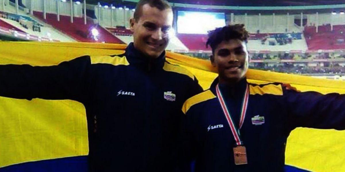 El atleta Arnovis Dalmero (der) acompañado por su entrenador, Martín Suárez.