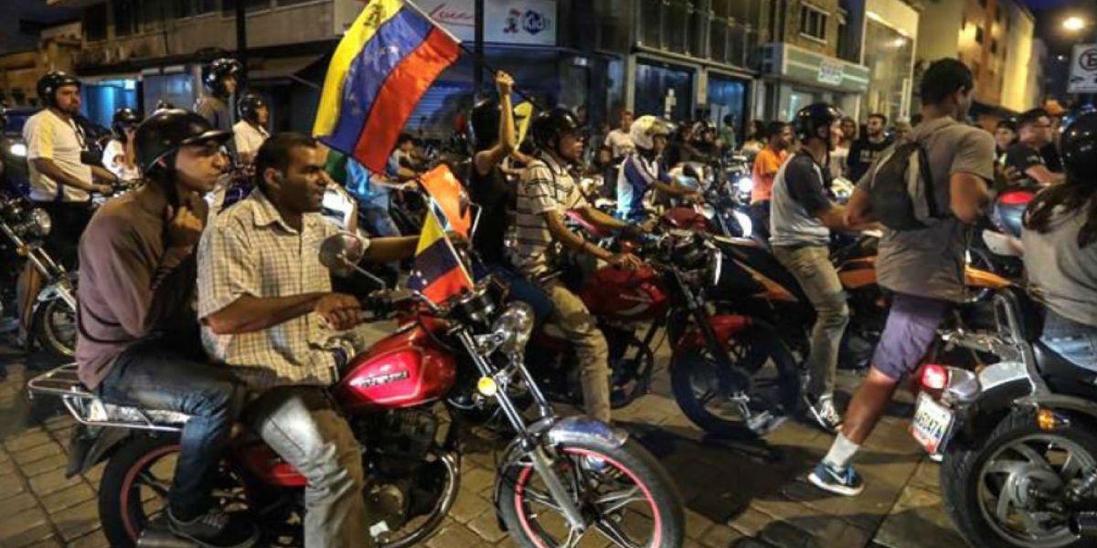 Venezolanos que votaron en la consulta recorrieron por las calles de Caracas la noche del pasado domingo.