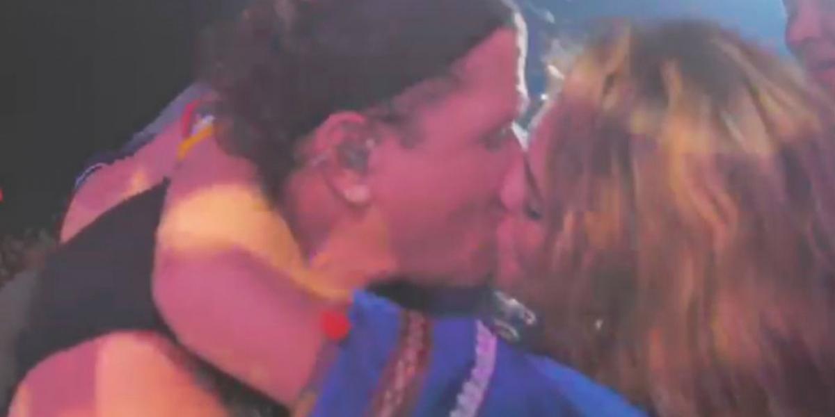 La mujer violó la seguridad del concierto y beso al artista.
