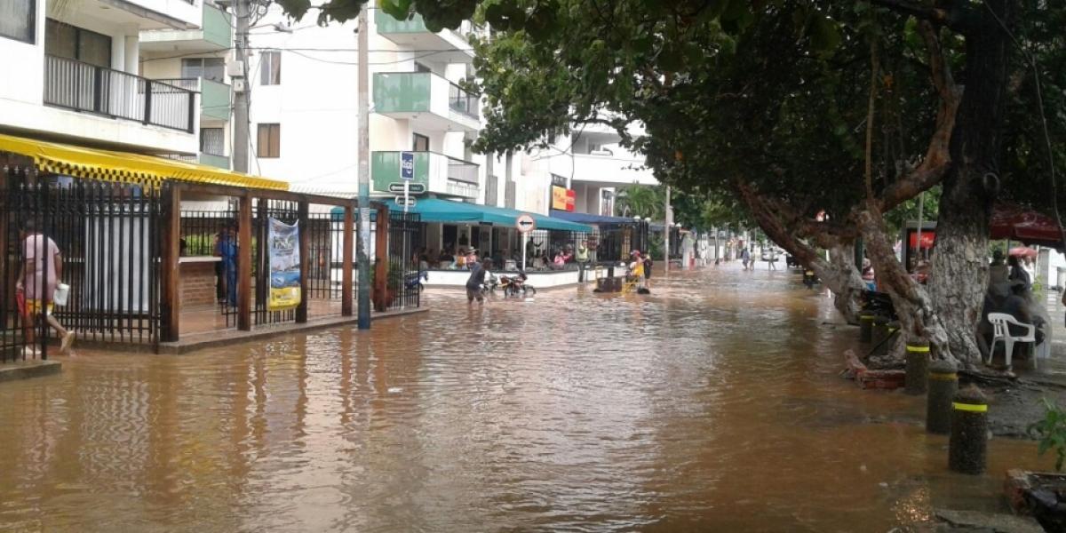 Totalmente inundada, así quedaron las calles de el Rodadero tras el impacto de la onda de tsunami.