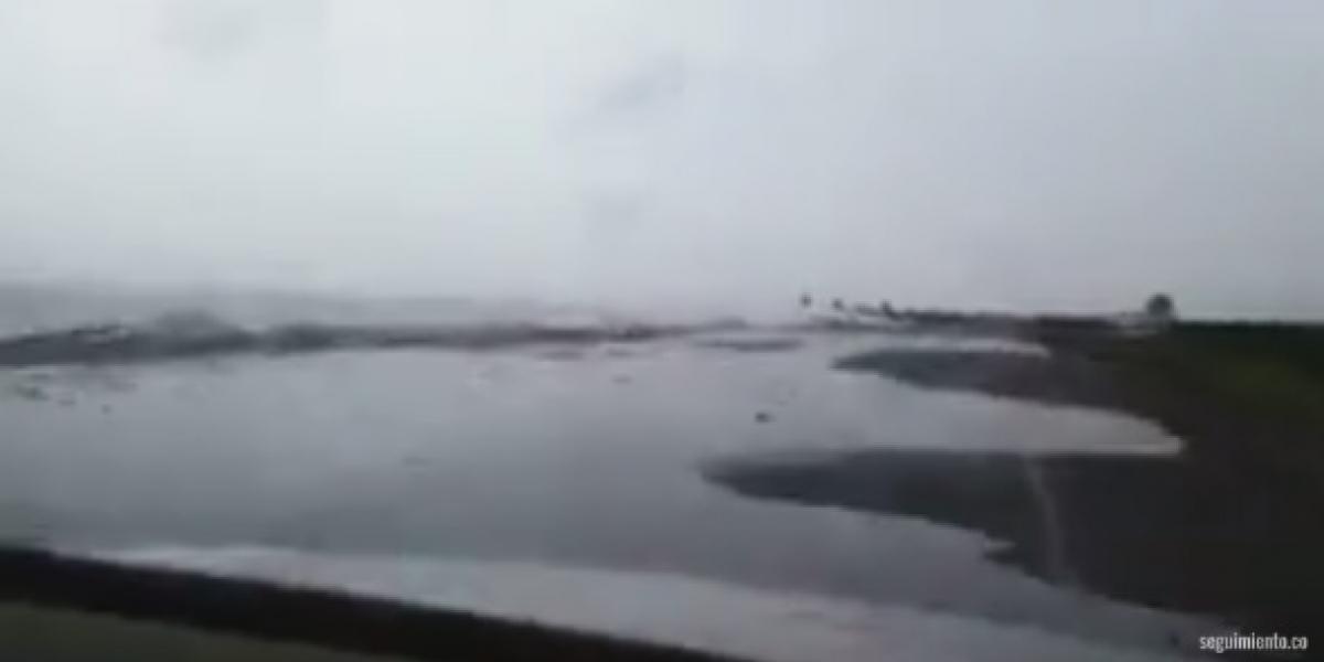 En las imágenes se ve el mar sobre la carretera del kilómetro 19.