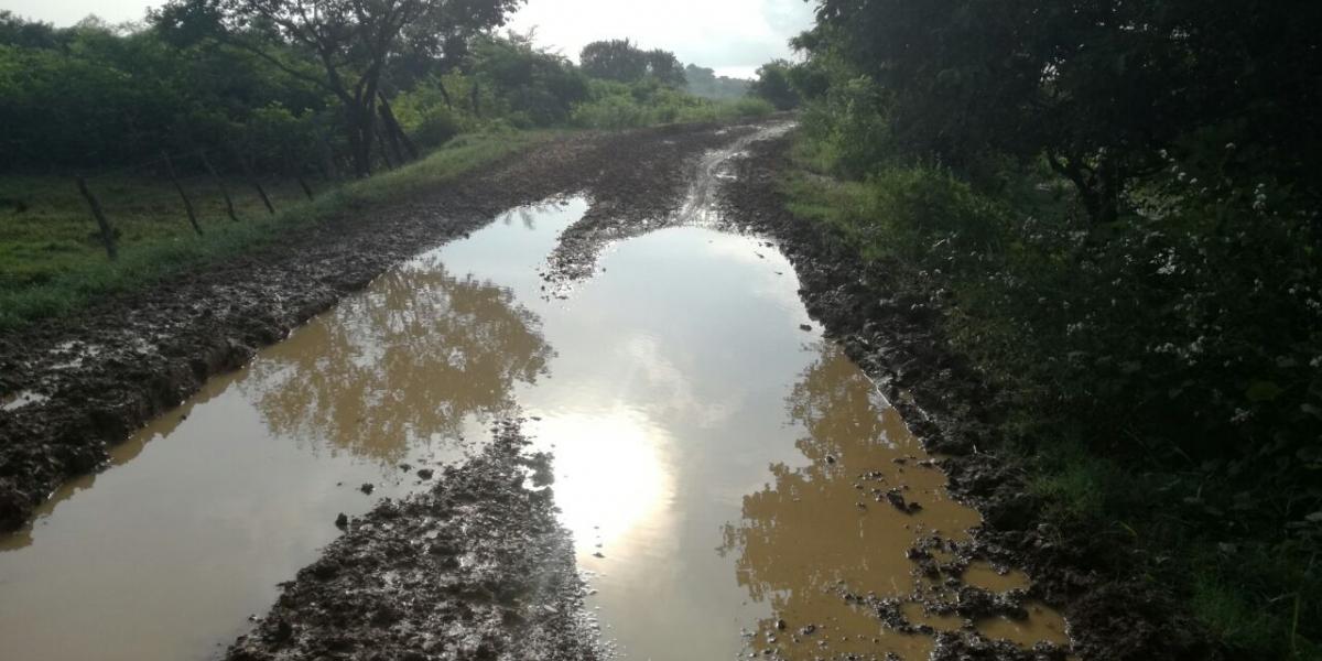 La vía de acceso se encuentra totalmente intransitable para los vehículos que en el intento de atravesar quedan averiados en el lodazal.