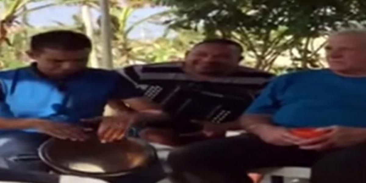 Eduardo Dávila (derecha) escuchando atento la parranda que le fue ofrecida.