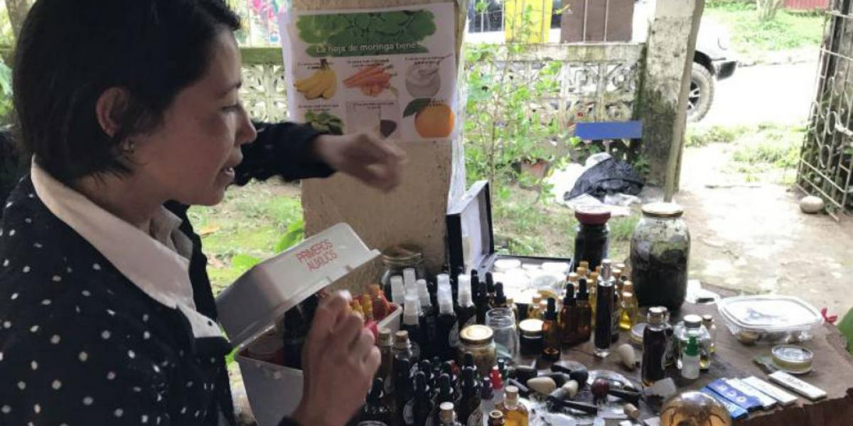 Iveth Viasus Parada, enseña los productos que vende, hechos a base de cannabis en Minca, Santa Marta.