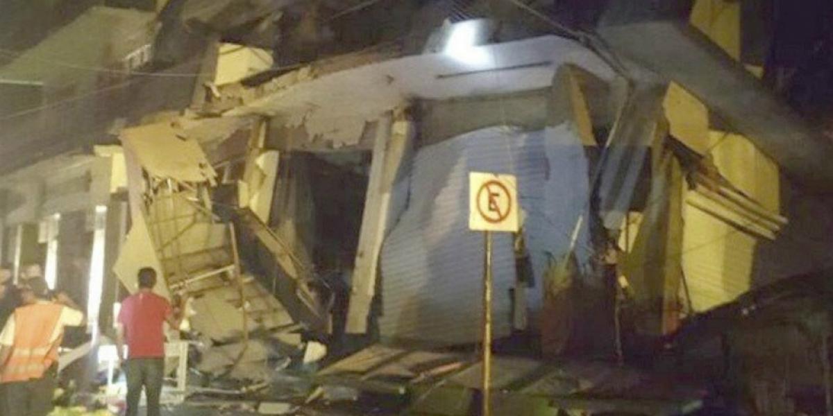 Este edificio colapsó por la fuerza del movimiento telúrico.