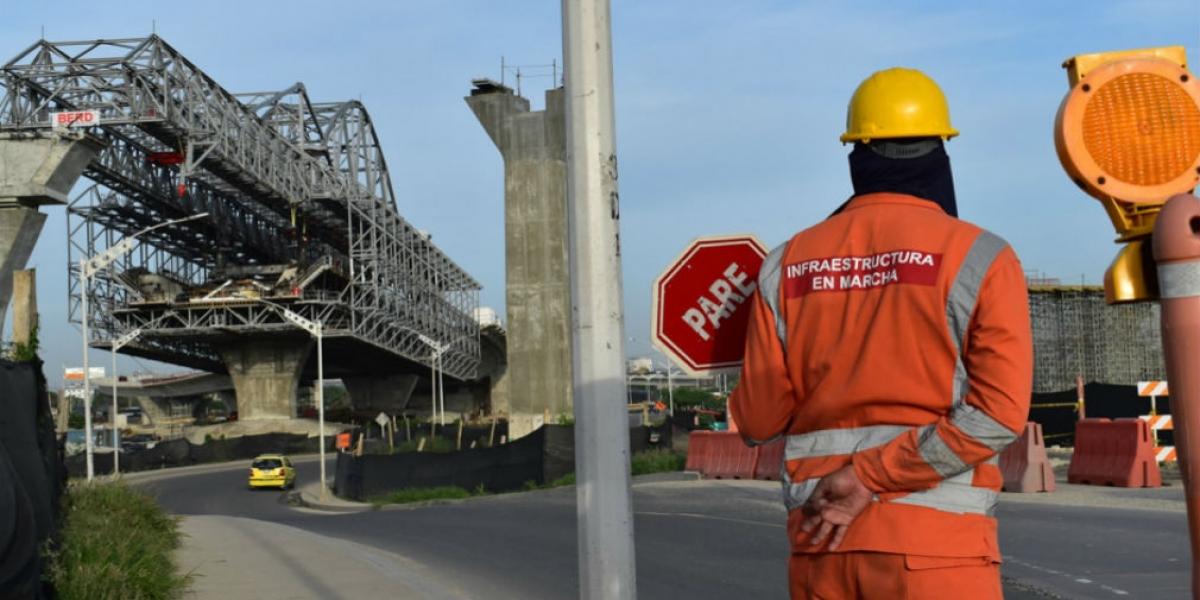 Personal del consorcio que construye el puente coordinando la movilidad en el Puente Pumarejo