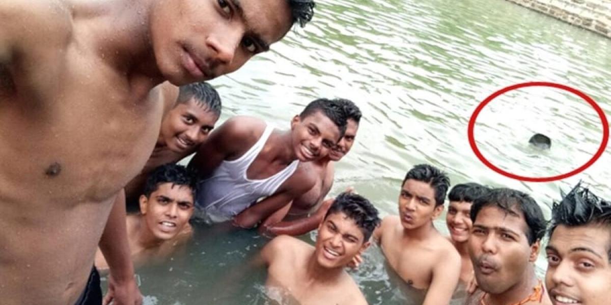 Selfie mortal: jóvenes en India no se percatan que su amigo se ahoga en la piscina